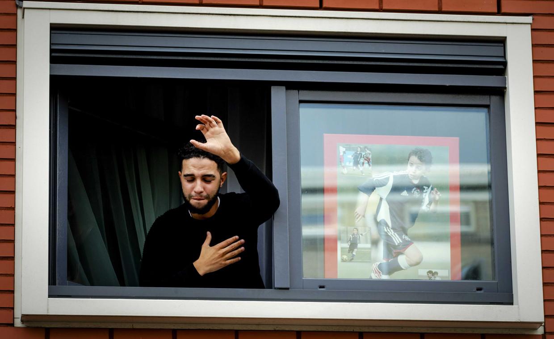 Mohammed Nouri in 2017, zwaaiend naar Ajax-fans die meeleven met zijn broertje.   Beeld ANP