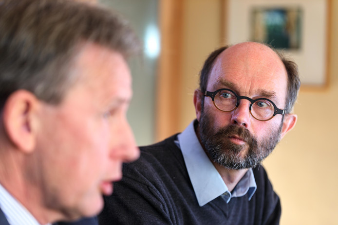 Jaap de Boer (met bril) en Mart Breedeveld van Non Nobis zien af van het bouwen van het nieuwe Zandpad.