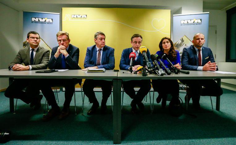 Vijf N-VA'ers nemen begin december ontslag uit de federale regering. Vlnr. Sander Loones, Johan Van Overtveldt, Jan Jambon, partijvoorzitter Bart De Wever, Zuhal Demir en Theo Francken.