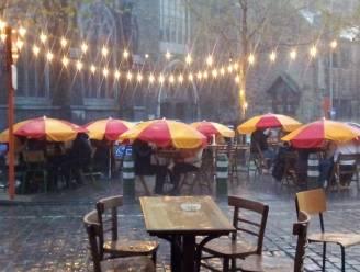 Terrassen met parasols houden stand, andere lopen leeg door regen