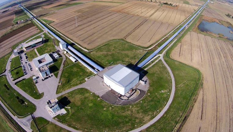Luchtfoto met daarop de Virgo zwaartekrachtgolvendetector in Pisa, Italië. Beeld