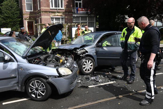 De schade aan beide voertuigen is aanzienlijk.