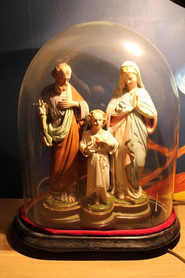 De Heilige Familie van opa en oma onder een glazen stolp