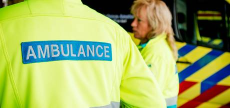 Fietser komt onder vrachtwagen op bedrijventerrein in Tilburg
