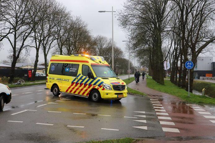 Na een botsing met een bestelbusje moest een fietser naar het ziekenhuis.
