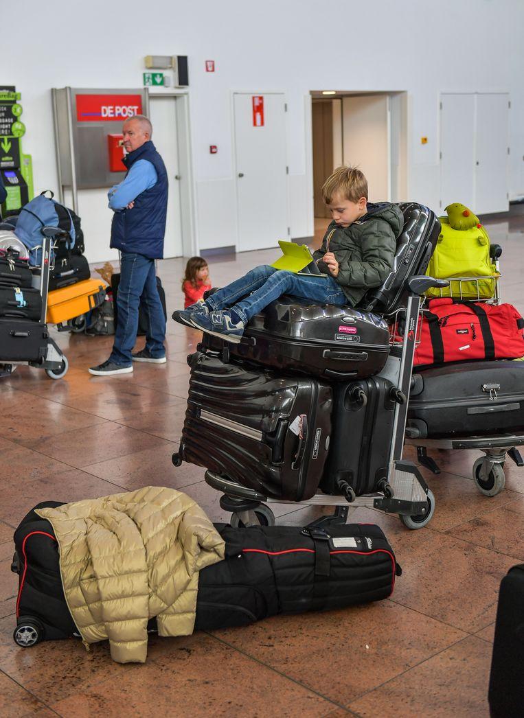 De kleine Ernest uit Bergen zou met z'n papa, mama en zus om 14 uur vertrekken naar Faro, maar de vlucht werd 6,5 uur uitgesteld.
