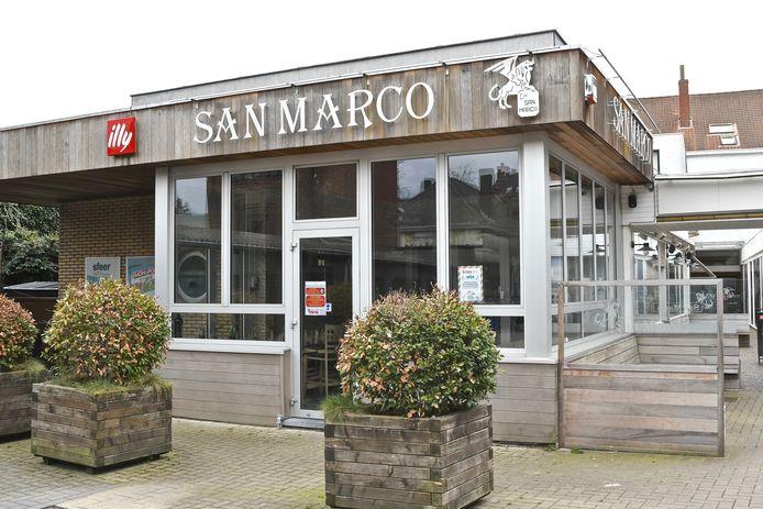 De zaak werd in 1977 opgestart. Het was toen pas de tweede tearoom en pizzeria in Roeselare.