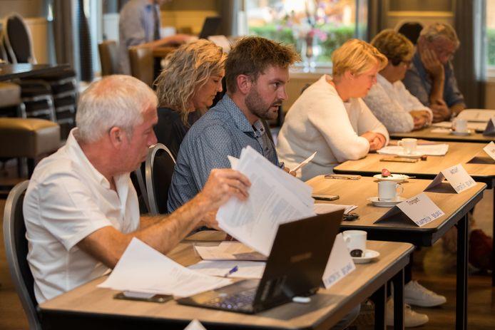 Leden van de Stuurgroep maken hun ongenoegen kenbaar tijdens het werkbezoek van de raad aan Wesepe Foto Gerard Vrakking