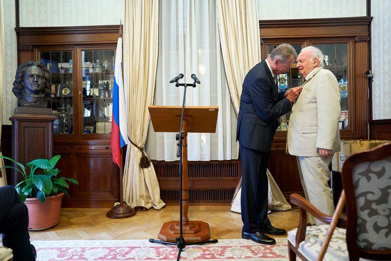 Albert (Ab) Gietelink krijgt van de Russische ambassadeur Aleksander Sjoelgin in augustus 2019 een onderscheiding opgespeld. Beeld Hollandse Hoogte