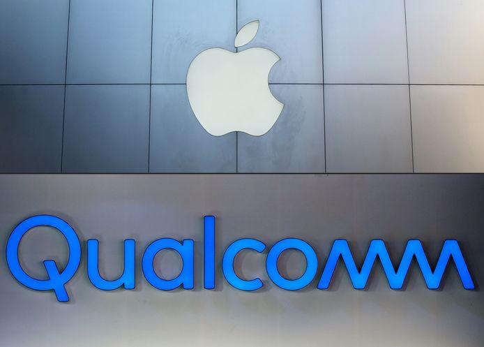 De logo's van Qualcomm en Apple.
