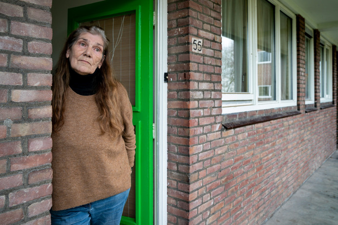 Mieke Haggenburg in haar flat aan de Voltastraat, zij wil graag verhuizen naar een nieuwe flat in Boschveld.