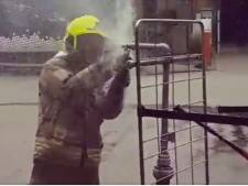 Dit is het nieuwste hulpmiddel op de brandweerwagen: de sprinklertang