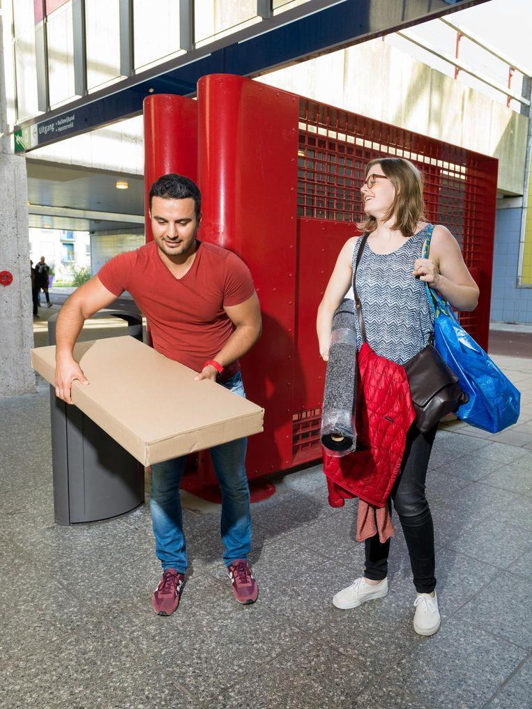Sterre ten Cate met Mehmet Karatas kochten placemats, een schoenenkast en een deurmat. Beeld Ivo van der Bent