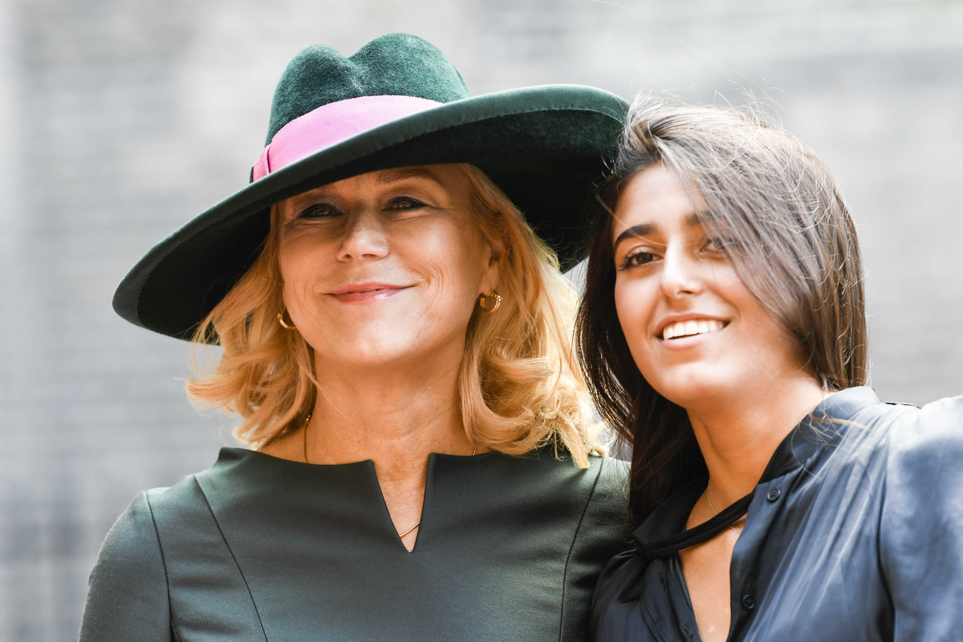 Sigrid Kaag (Buitenlandse Handel en Ontwikkelingssamenwerking) arriveert met haar jongste dochter bij de Ridderzaal op Prinsjesdag.
