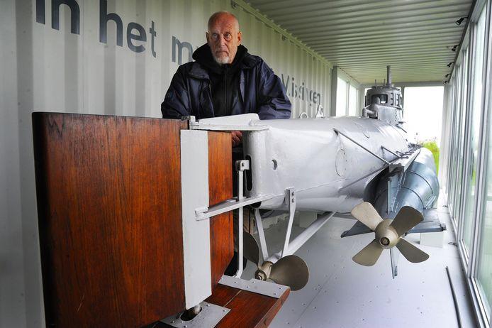 Niek Peters bij de De Biber, de eenmansduikboot die - als enige Duitse 'oorlogsmonument' - in een container aan de groene boulevard ligt.