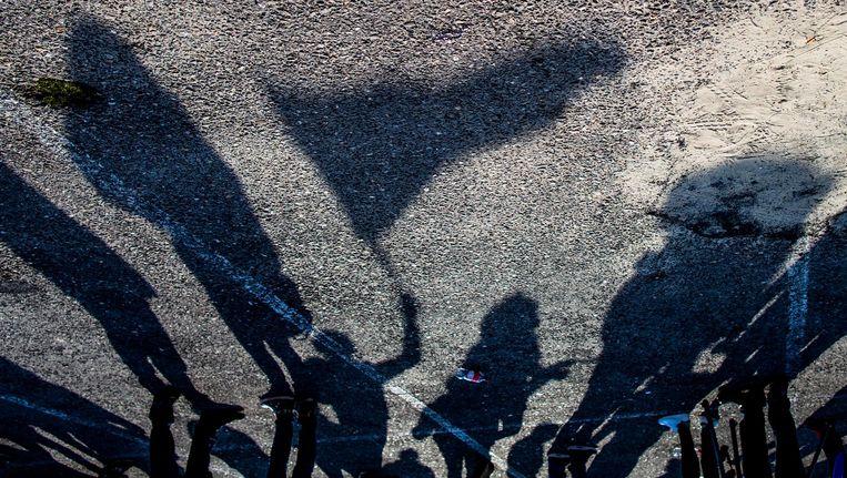 Schaduwen van demonstranten in Enschede. Beeld Freek van den Bergh