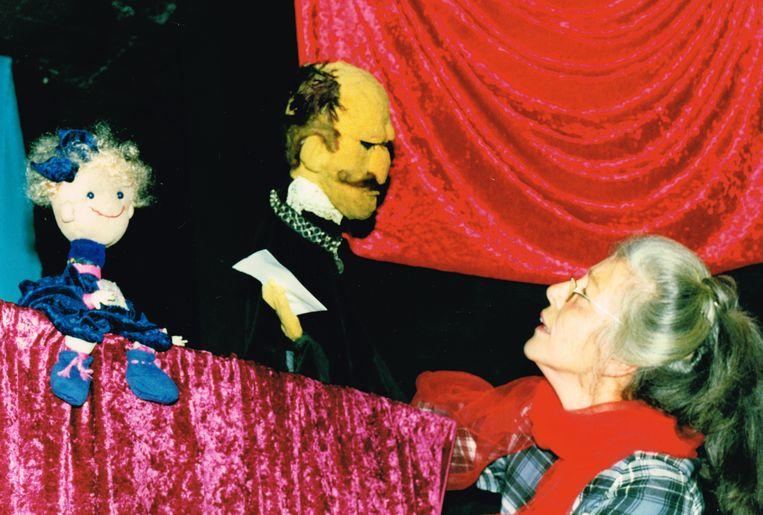Margriet Pullens met de poppen van haar poppentheater Marag. Beeld Privéfoto