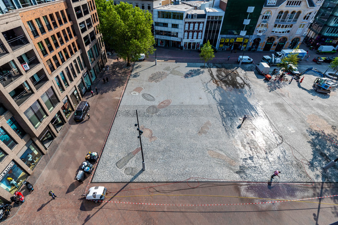 Schoonmakers waren begin juni druk in de weer om de mozaïeken kunstvloer op het Vredenburgplein schoon te maken voor de officiële opening.
