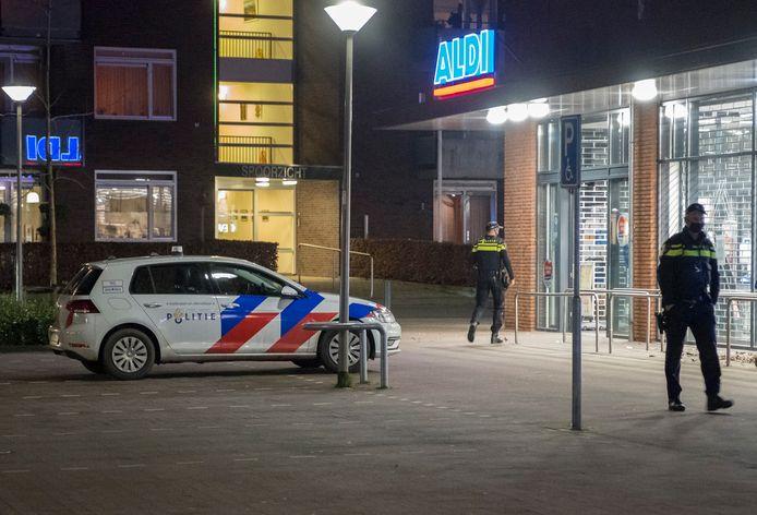 Politie controleert bij de Aldi in Groesbeek.