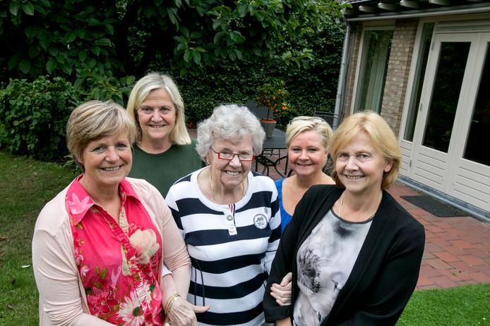 Sonja Verboven, Christien van den Boom, Mia Rooijackers, Karin Bouwdewijns en Marjo van Sambeek (vlnr): hulp en zorg georganiseerd door 'Saar aan huis'.