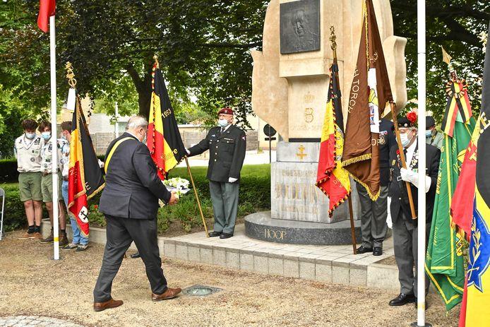 Bij het monument op het Koningin Astridplein worden bloemenkransen gelegd.