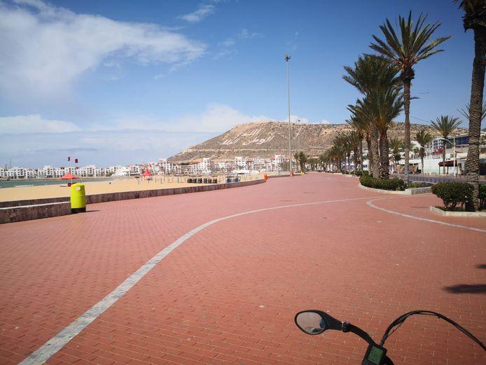 Een verlaten boulevard in Agedir tijdens de lockdown in Marokko.