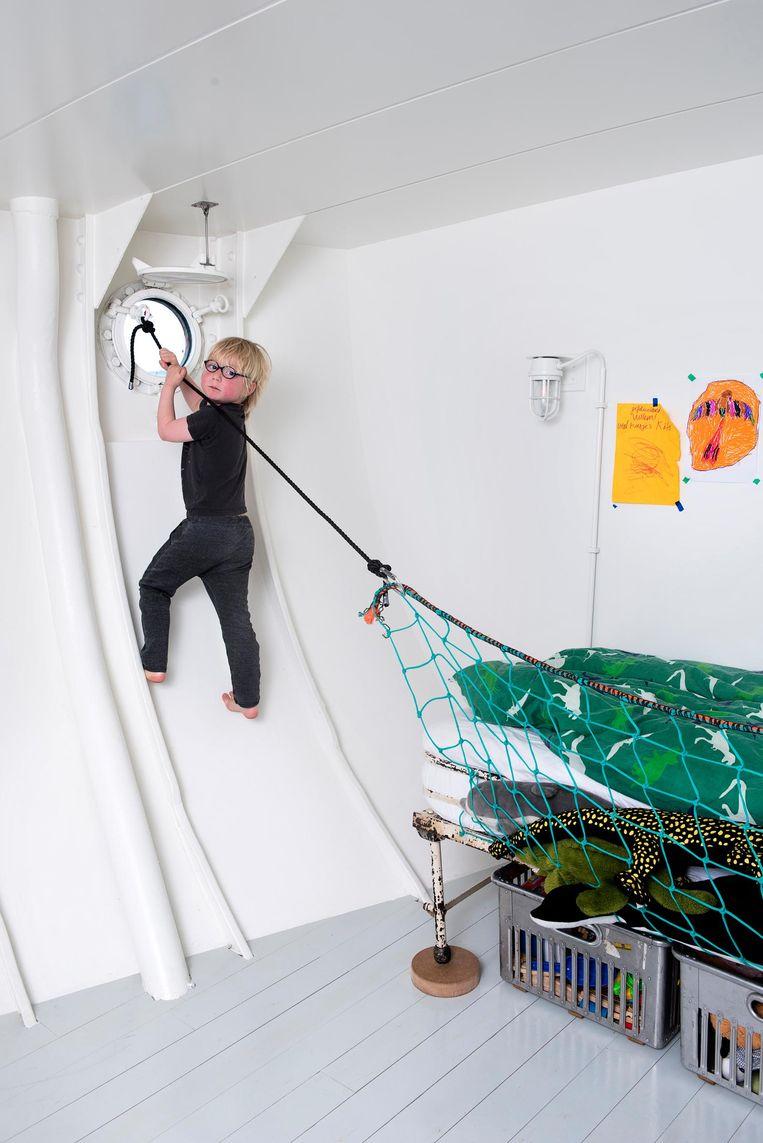 'Dit is een oud opklapbed uit een hospitaal, daar liep ik ooit tegenaan. Het bed is nog te groot voor Willen, dus we hebben een visnet opgehangen zodat hij er niet uit kan vallen.' Beeld Els Zweerink