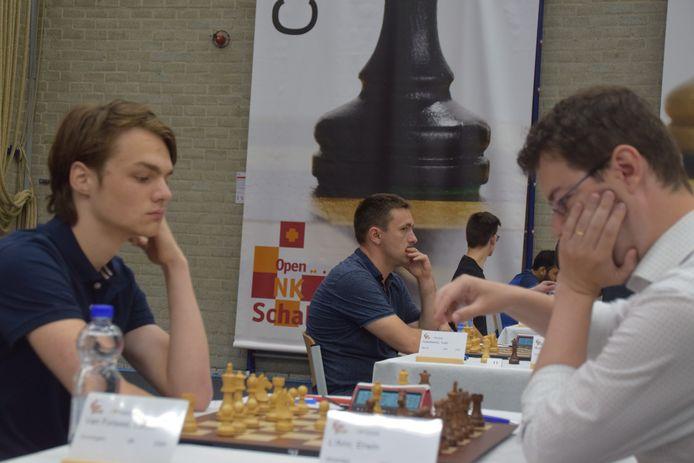 Lucas van Foreest (links) deelde in de zevende ronde van het ONK schaken in Dieren het punt met Erwin l'Ami.
