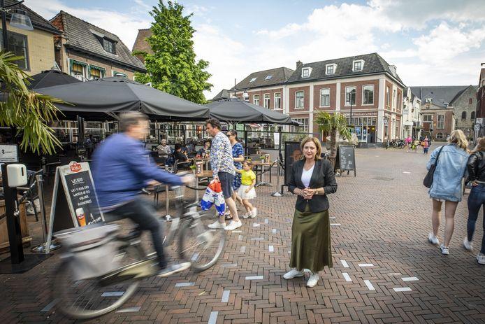 Fietskoeriers, besteldiensten, e-bikers en scooterrijders zorgen op de Groote Markt regelmatig voor gevaarlijke situaties. Tijd om daar wat aan te doen, meent VVD-raadslid Noes Nevels.