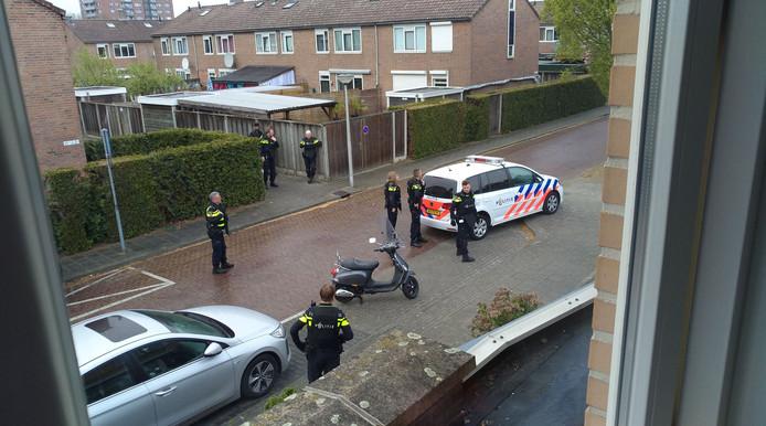 Er is veel politie in de straat aanwezig