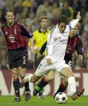 Raúl González Blanco haalt uit tegen AC Milan, zijn oud-teamgenoot Fernando Redondo (l) kijkt toe.