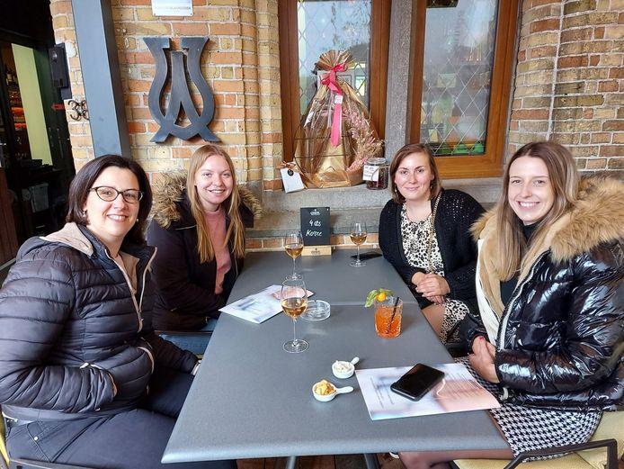 Collega's Birgit Ameloot, Vicky Coussement, Naomi Dehollander en Heike Vanwelsengers proosten op het terras van Hotel Amfora.