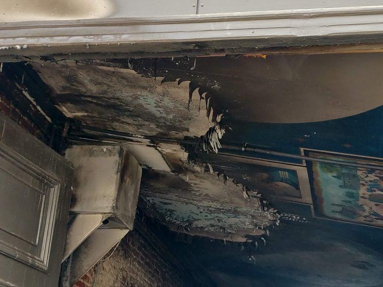 De schade aan het plafond in de hal.