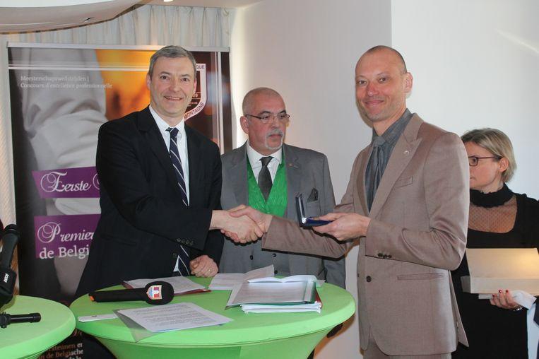 Andy De Brouwer krijgt de medaille uit handen van de organisatie Club Prosper Montagné.