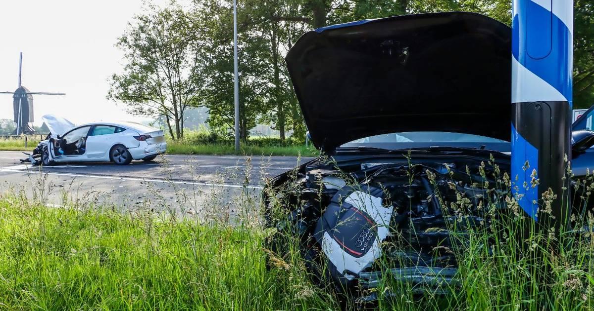 Twee auto's zwaar beschadigd na ongeluk in Usselo.