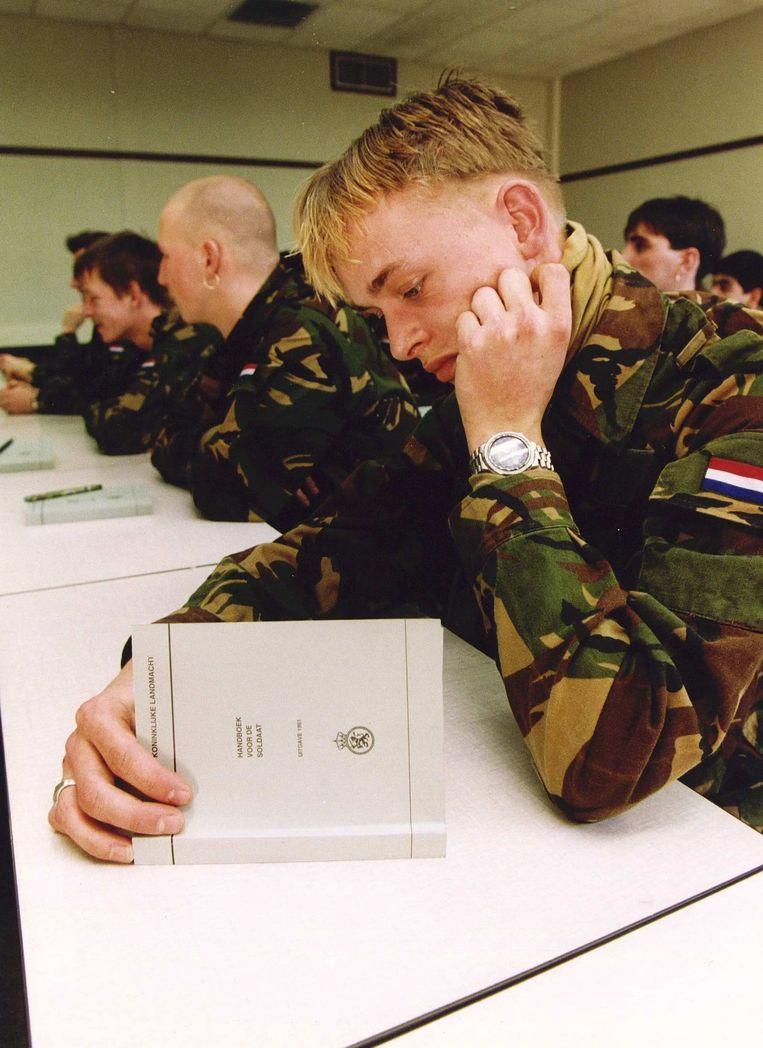 De laatste lichting van dienstplichtigen kreeg met de dienstkleding het handboek soldaat. Beeld Hollandse Hoogte /  ANP