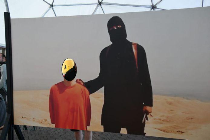 Het omstreden kunstwerk: op de foto met een IS-beul
