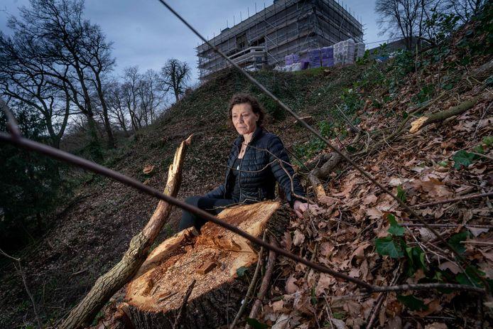 Yvette Bouwman bij de gekapte bomen op de stuwwal bij Villa Schoonheuvel in Arnhem.