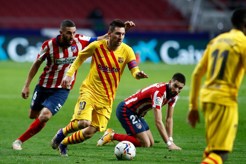 Barça-boegbeeld Lionel Messi dribbelt door de defensie van Atlético Madrid, november 2020. Beeld Photo News