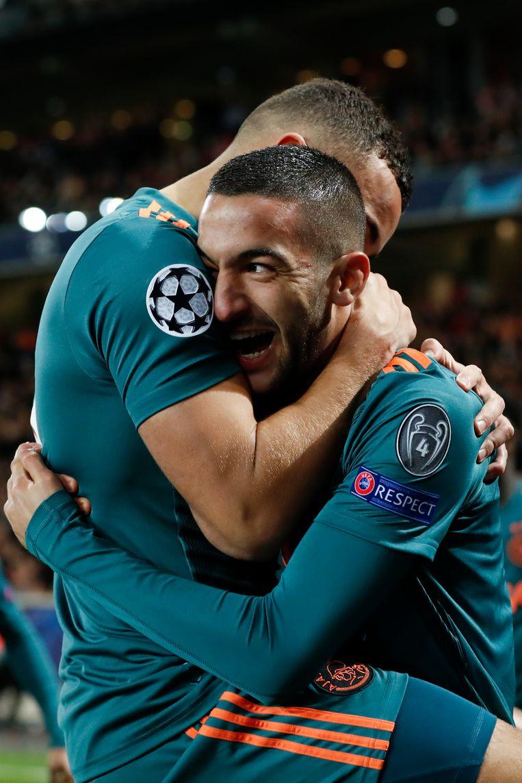 Zakaria Labyad en Hakim Ziyech vieren een doelpunt tegen Lille.  Beeld Getty