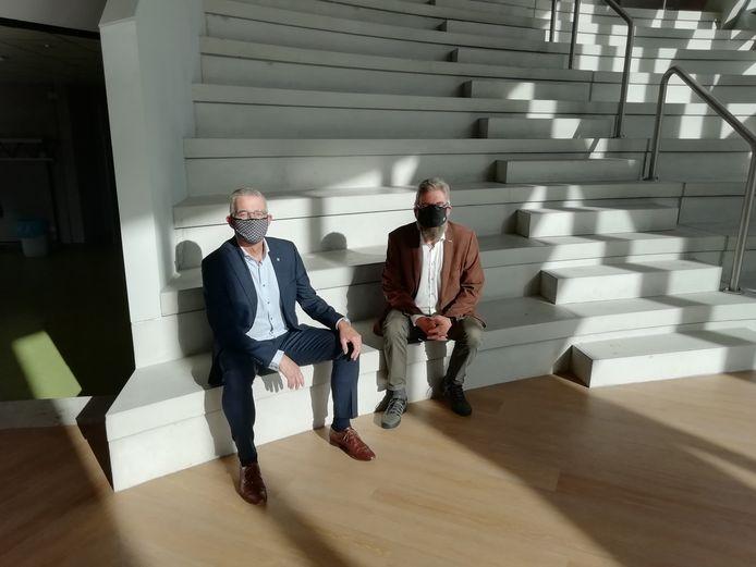 Wethouder Rene van Ginderen en JTC-directeur Charles van Wettum op de trappen van het nieuwe schoolgebouw.