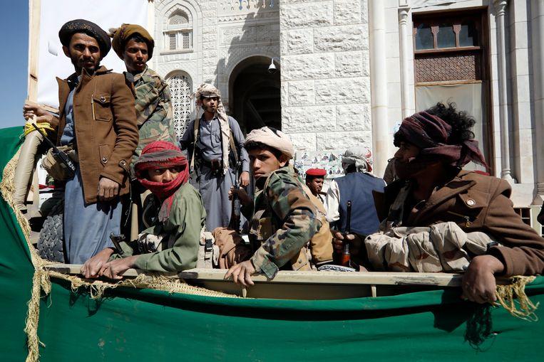 Houthi's-strijders in Jemen tijdens een begrafenis.  Beeld EPA