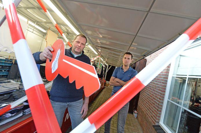 Marktondernemers Peter Reudink en Benno Nobbenhuis (links) staan wekelijks op woensdag op de markt in Haaksbergen. Ze gaan woensdag actievoeren, want ze willen hun kraam openen en hun waren verkopen.