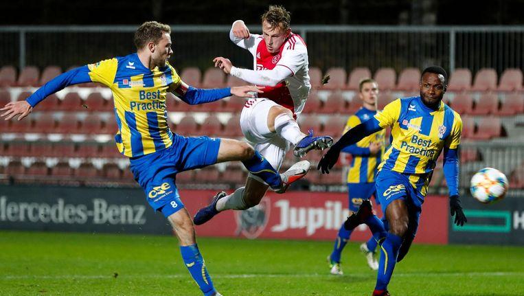 TOP Oss-spelers Rick Stuy van den Herik en Lorenzo Pique en Jong Ajax-speler Kaj Sierhuis Beeld Pro Shots
