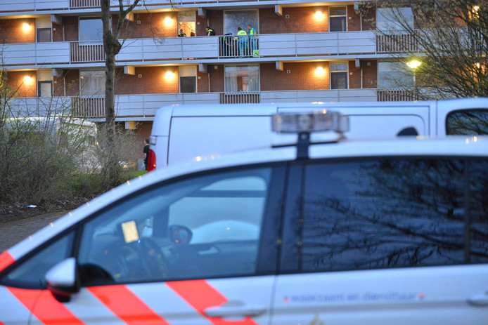 De Sandenburgstraat in Breda is afgesloten door de politie.