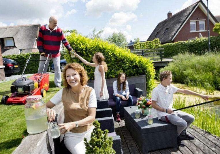 Carolien Gravesteijn met haar gezin. De lector aan de Hogeschool Leiden gaat aanstaande ouders vierentwintig jaar volgen in hun wel en wee bij het grootbrengen van hun kinderen. Beeld Inge van Mill