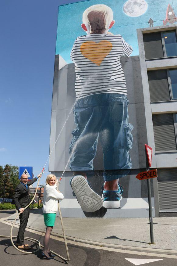 CEO Jan Flament en burgemeester Vera Celis dopen de muurschildering op het ziekenhuis.