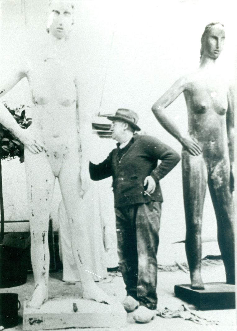 Constant Permeke in zijn atelier. Beeld Mu.ZEE