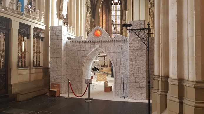 De ingang naar de kerststal in de Sint Jan. De poort moet nog geschilderd worden.