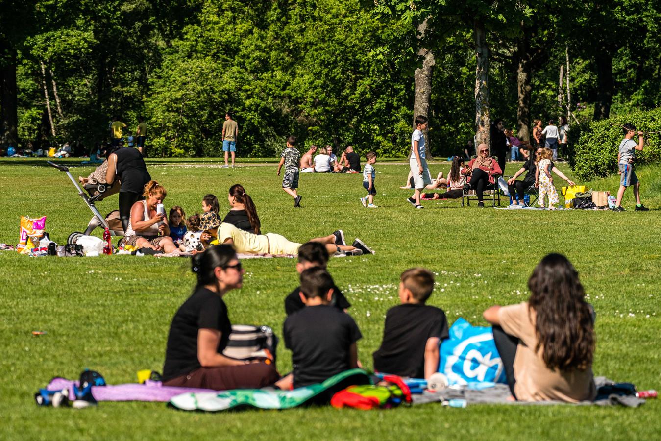 EINDHOVEN - Mensen genieten van de zon bij de Karpendonkse Plas in Eindhoven.